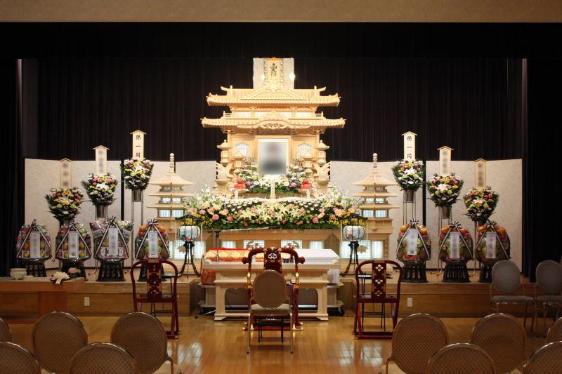 祭壇の生花装飾は10万円より承ります